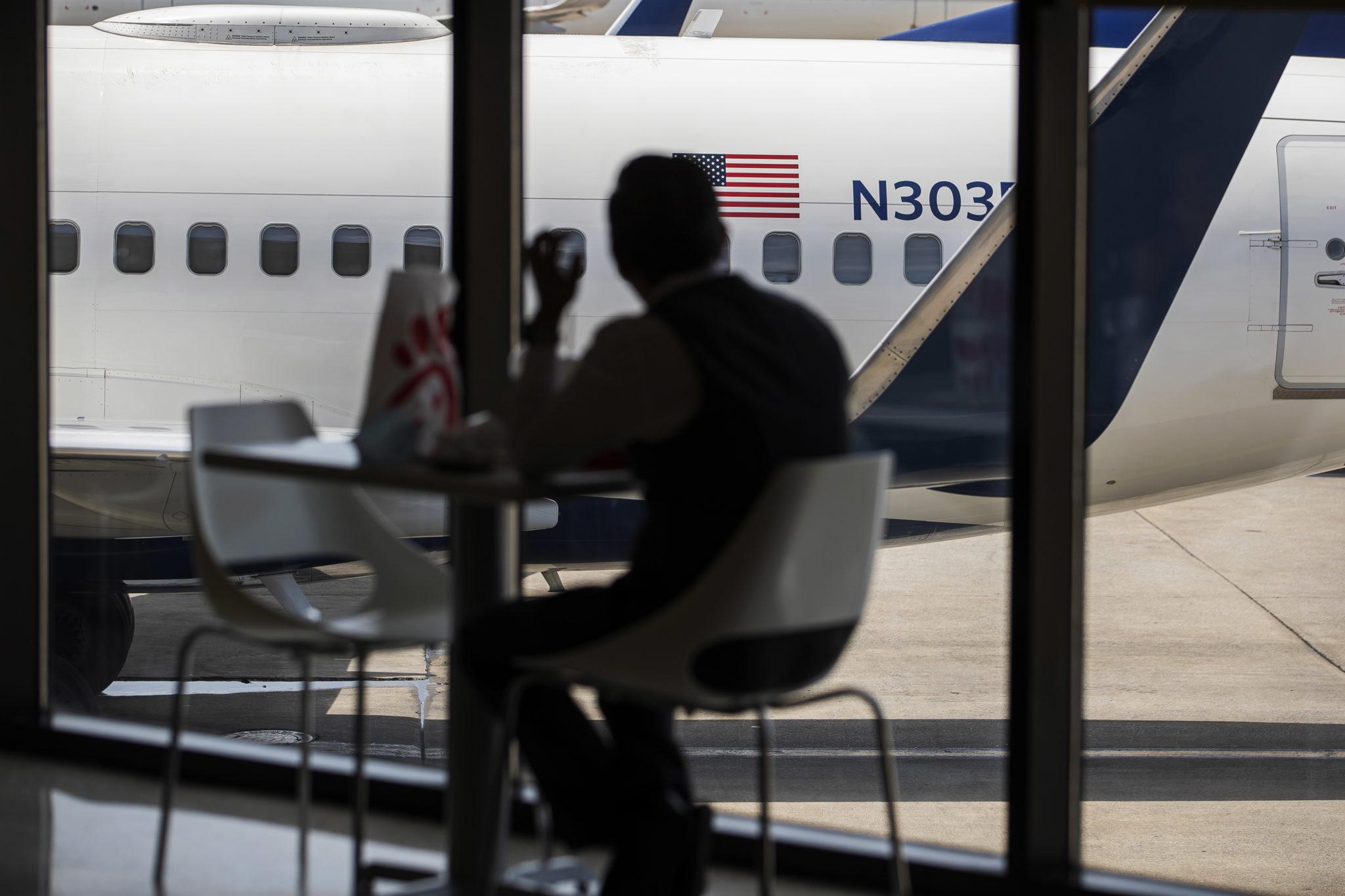 USA, lotnisko w Atlancie, zwiększa się ruch turystyczny na lotniskach w USA, choć jeszcze nie wszędzie można poleciec, fot. EPA / ERIK S. LESSER