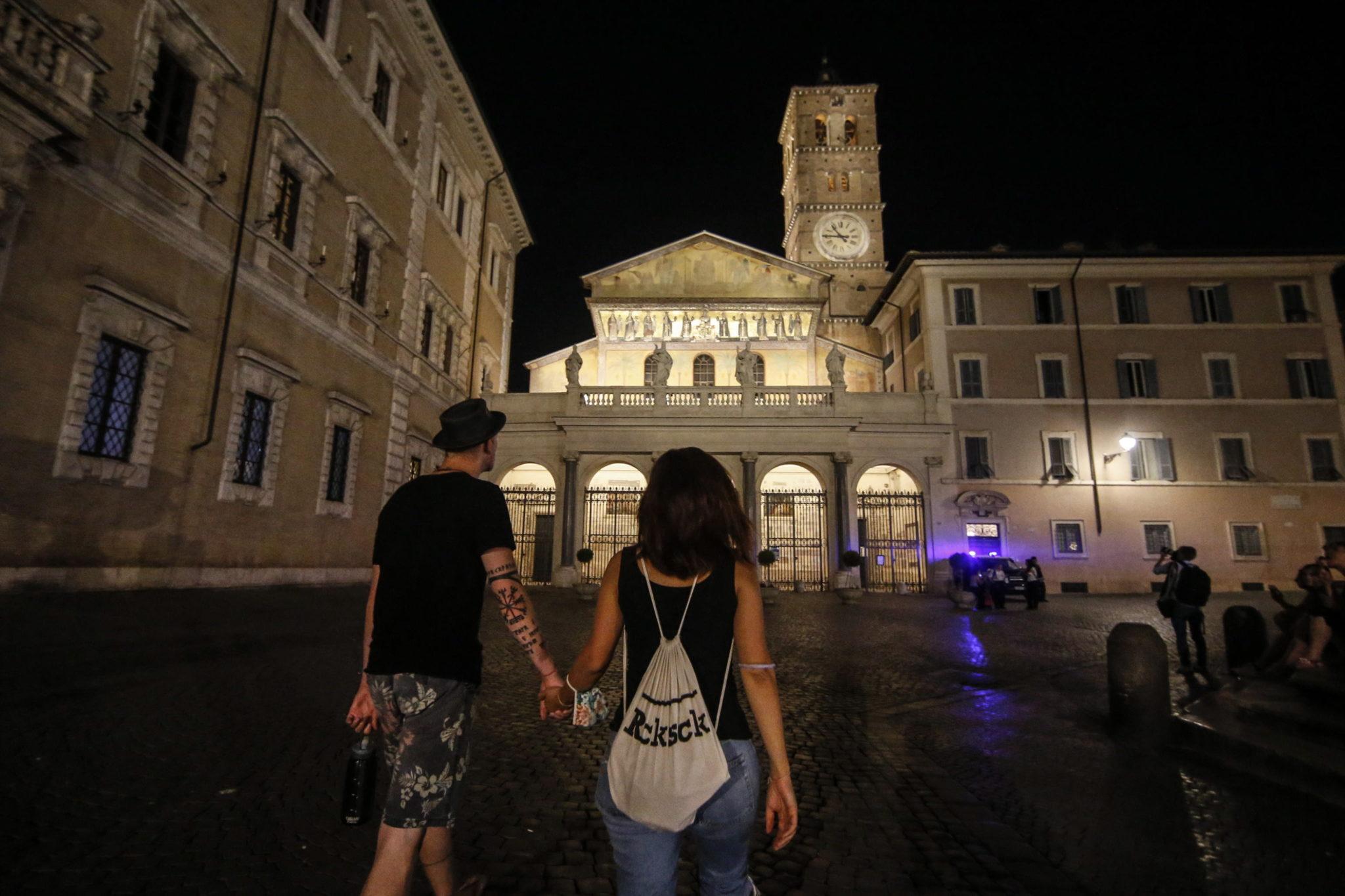 Nowe oświetlenie Bazyliki Najświętszej Maryi Panny na Zatybrzu, fot. EPA/FABIO FRUSTACI