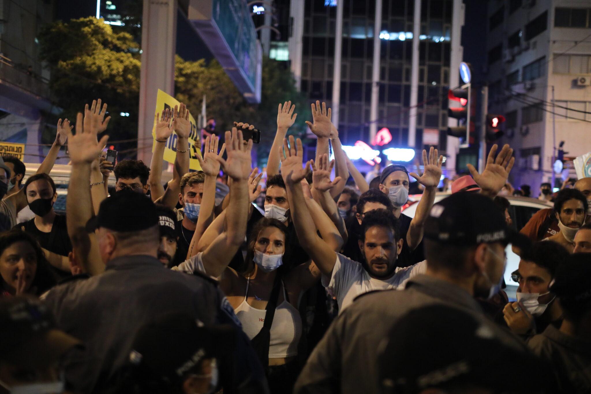 Izrael: protest przedsiębiorców w Tel Awiwie w Izraelu. Wielu firmom grozi upadek z powodu lockdownu związanego z pandemią koronawirusa, fot. EPA / ABIR SULTAN