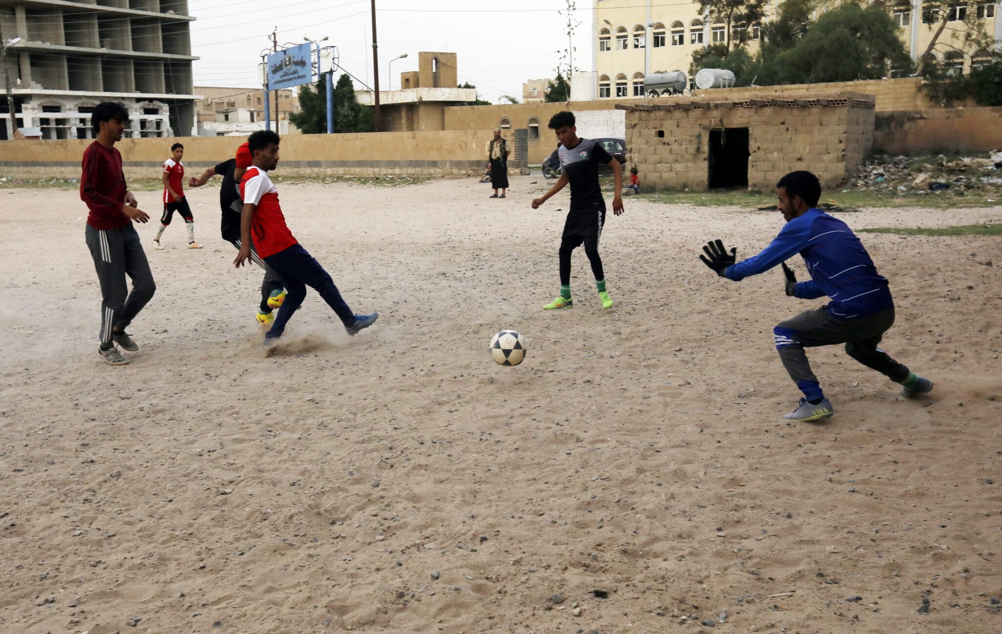 Jemen, San: podwórkowy mecz piłki nożnej, fot. EPA / YAHYA ARHAB