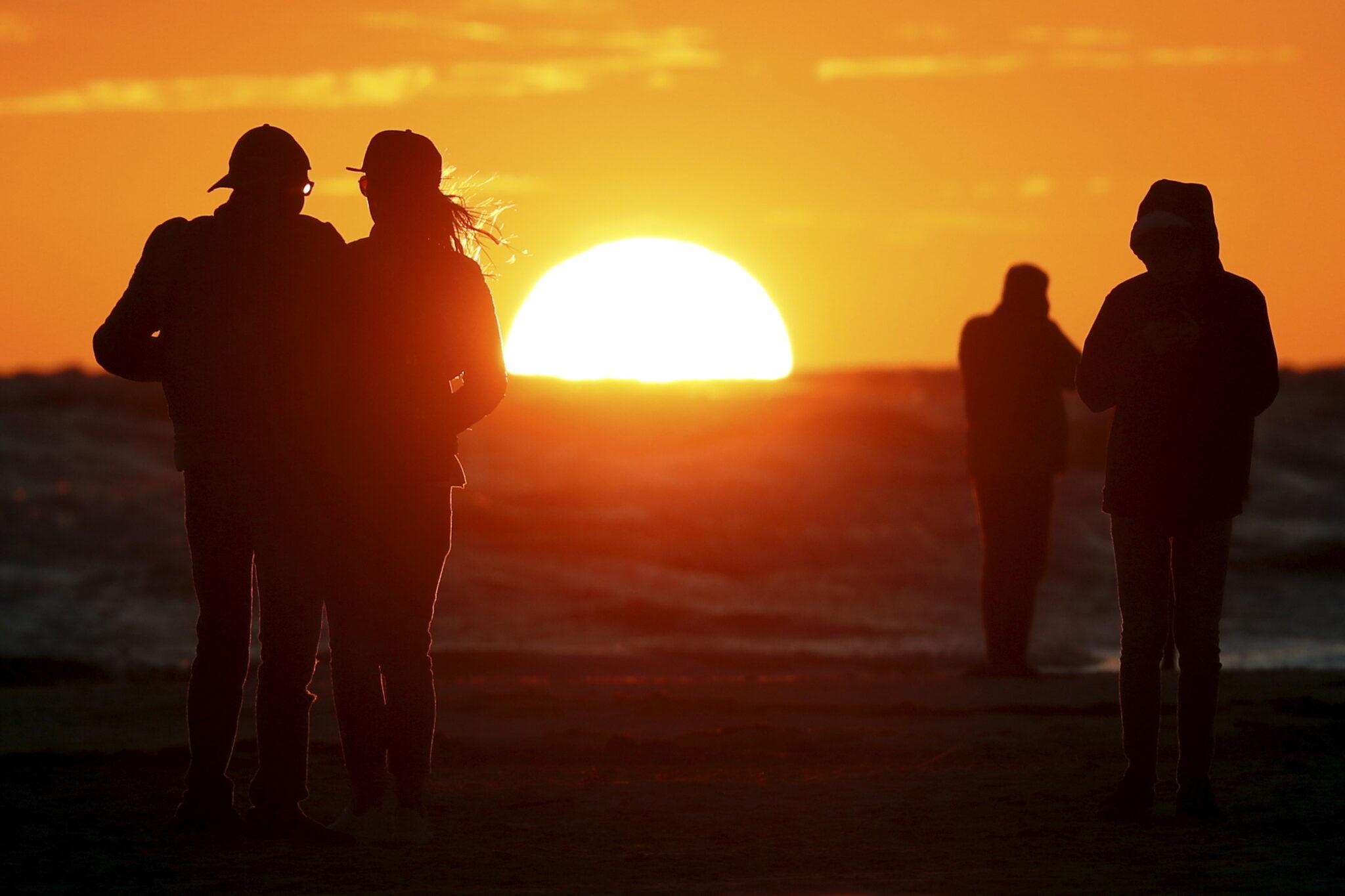 Łotwa: zachód słońca nad Morzem Bałtyckim w Lipawie, fot. EPA / TOMS KALNINS