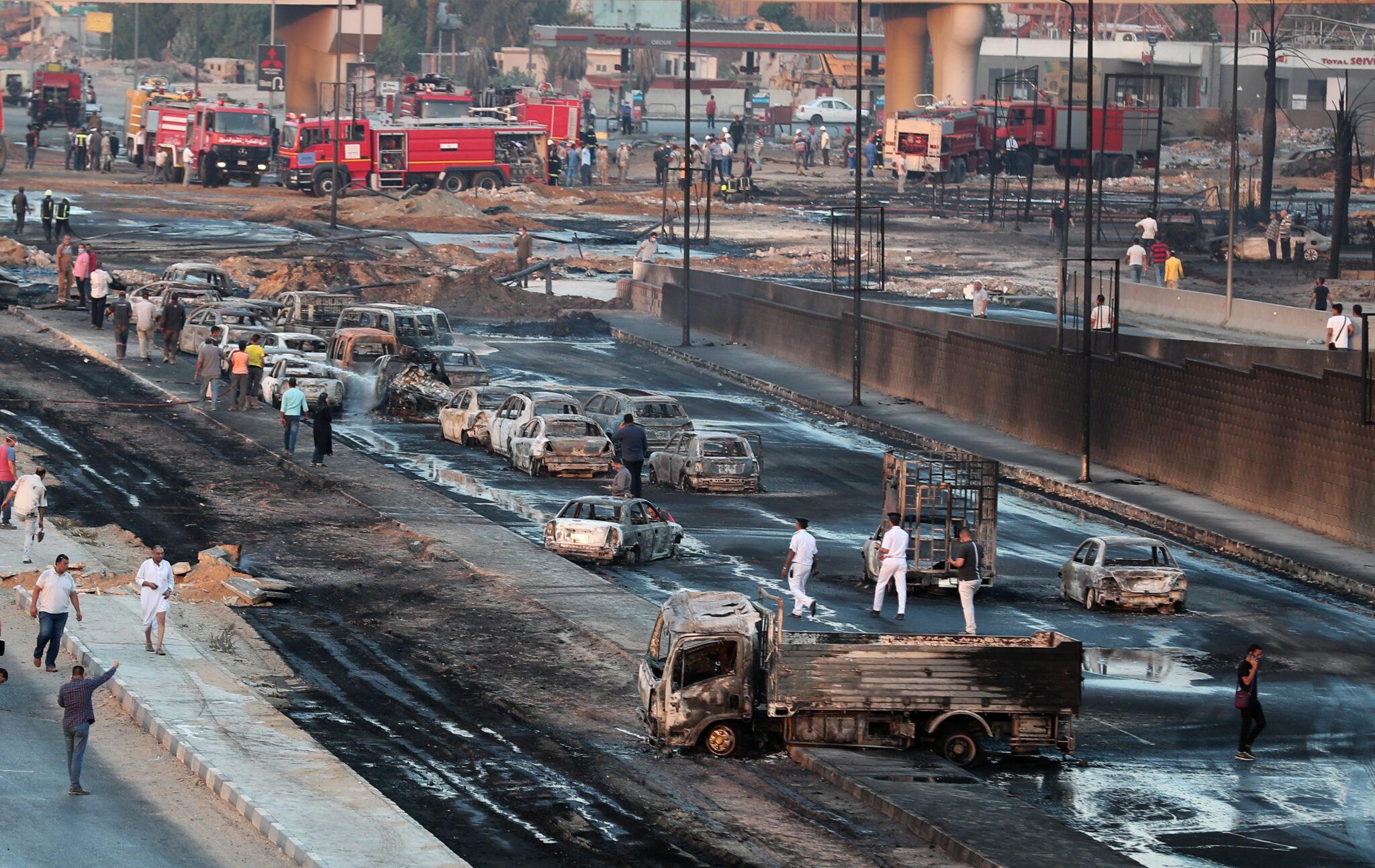 Egipt: pożar na drodze w Kairze strawił wiele aut i zranił kilkanaście osób. fot. EPA/KHALED ELFIQI