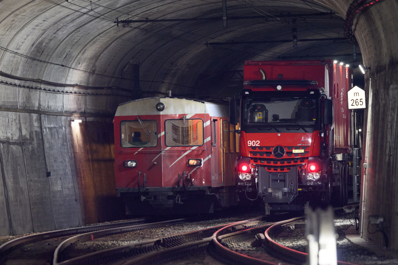 Szwajcaria, zderzenie pociągów w tubelu EPA/JEAN-CHRISTOPHE BOTT