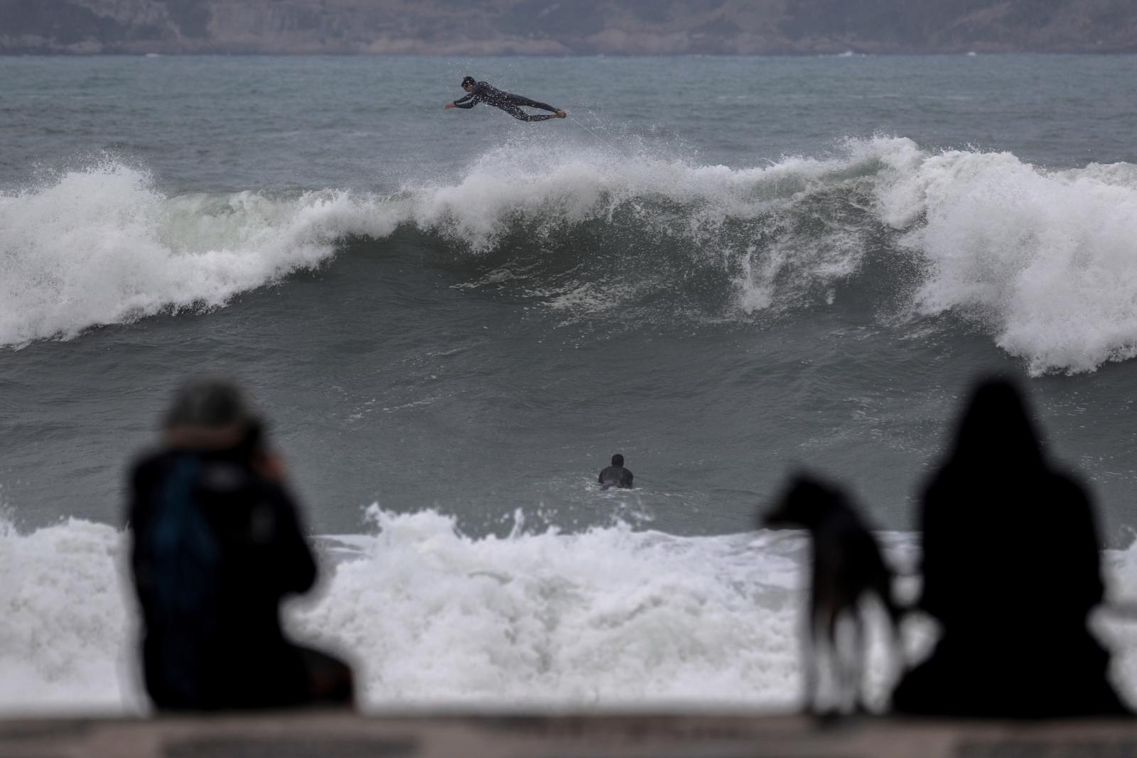 Brazylia 4 metrowe fale - raj dla surferów EPA/Antonio Lacerda