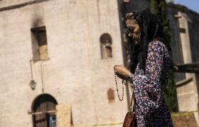 Modlitwa po zniszczeniach w San Gabrielu fot. EPA/ETIENNE LAURENT