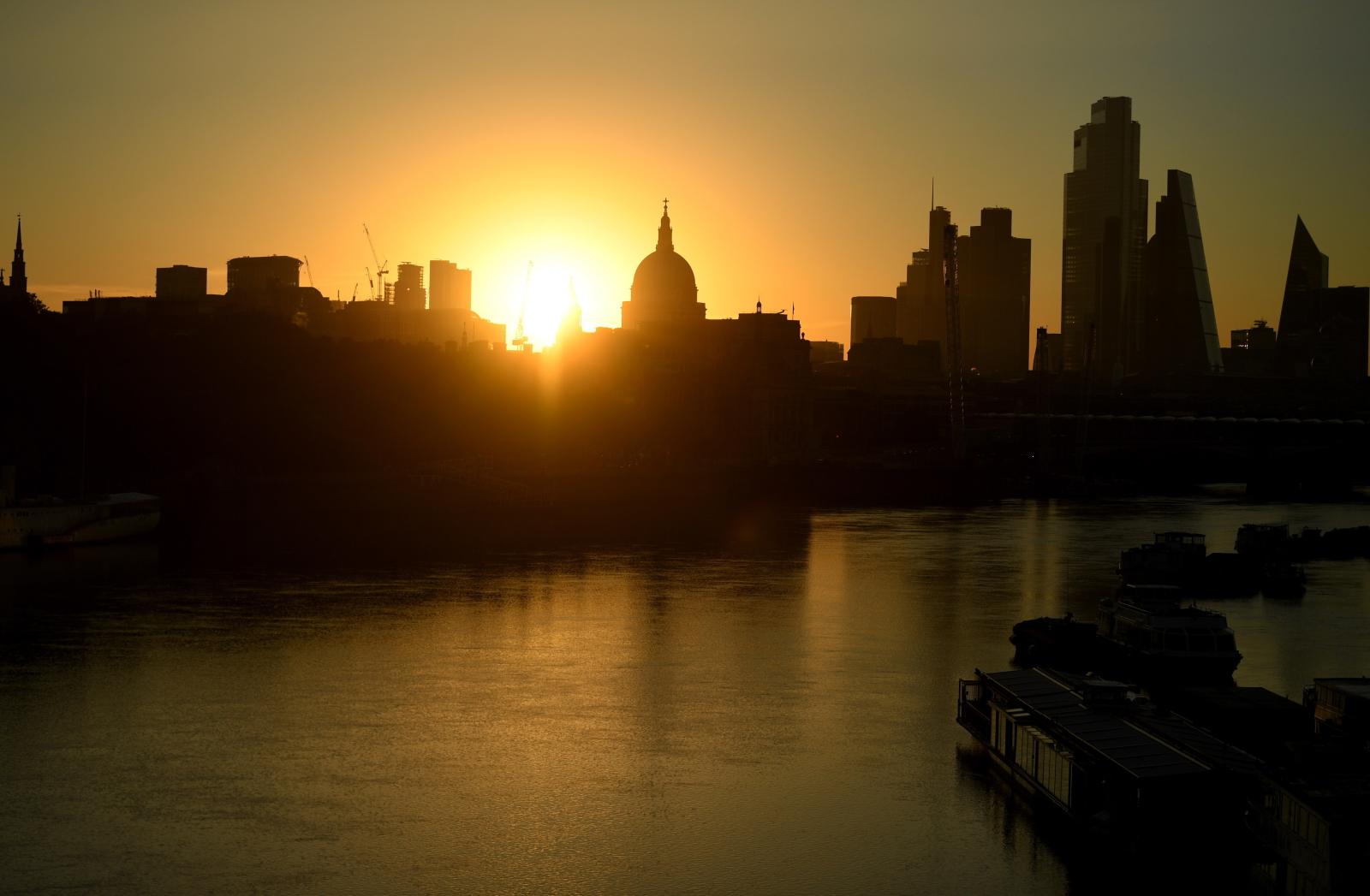 Słoneczny poranek w Londynie fot. EPA/NEIL HALL